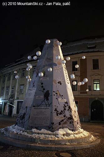 Ptačí výtvarný výtvor ve večerním centru Ljubljani